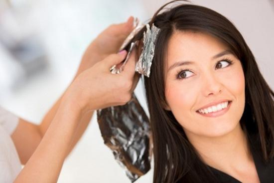 Мелирование и осветление невозможно провести без аммиака, который поднимает чешуйки волос, поэтому процедуру по смене цвета лучше перенести на 2-3 недели до кератирования