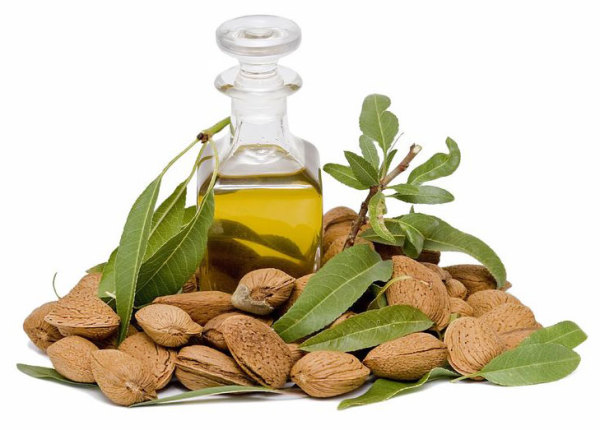 Миндалевое масло поможет увлажнить кожу и волосы