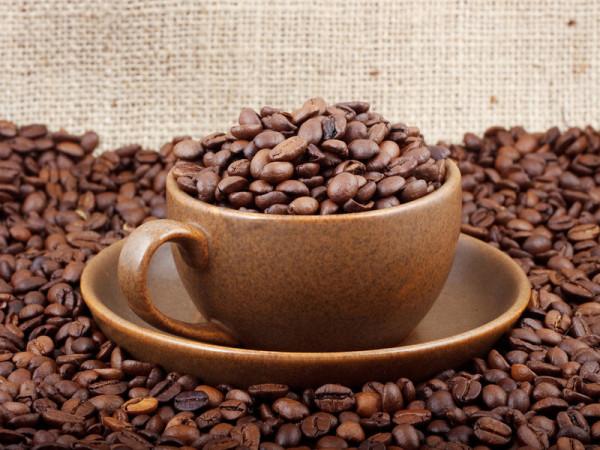 Многофункциональные маски для темных волос в домашних условиях можно приготовить на основе натурального кофе