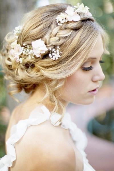 Модная укладка в стиле французского водопада не обойдется без таких важных элементов, как объемные косички на средние волосы.