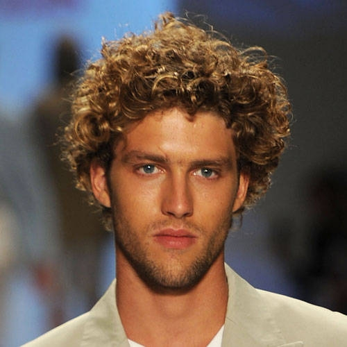 Мужские стрижки средней длины более популярны на кудрявых волосах.