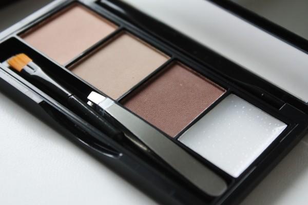 На фото - классический набор для бровей от Makeup Revolution Brows kit