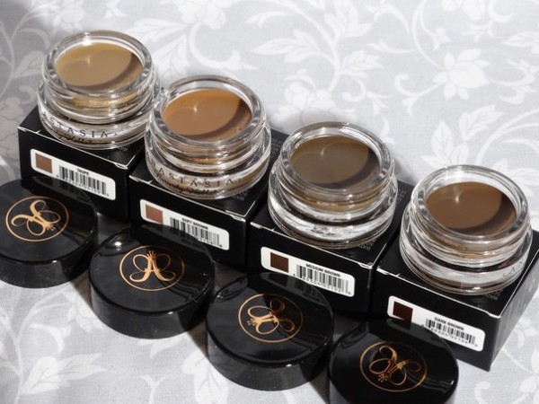 На фото - легенда среди средств для бровей – помада Dipbrow Pomade