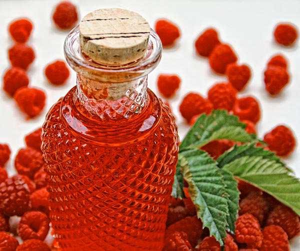 На фото - старинный и испытанный народный рецепт от выпадения кудрей: ягоды с водкой.