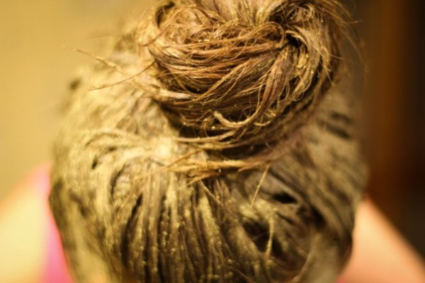 На фото – волосы, с нанесенной горчичной маской