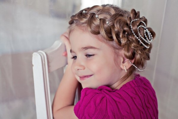 На фото: еще один пример косичек из волос маленькой девочки
