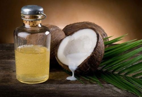 На фото изображен плод кокоса и разжиженное масло из него.