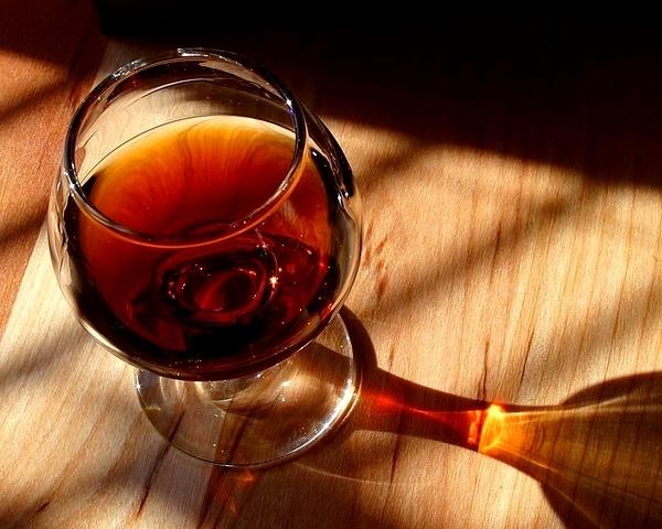 На фото изображен пьянящий напиток, оказывающий невероятную пользу для волос.