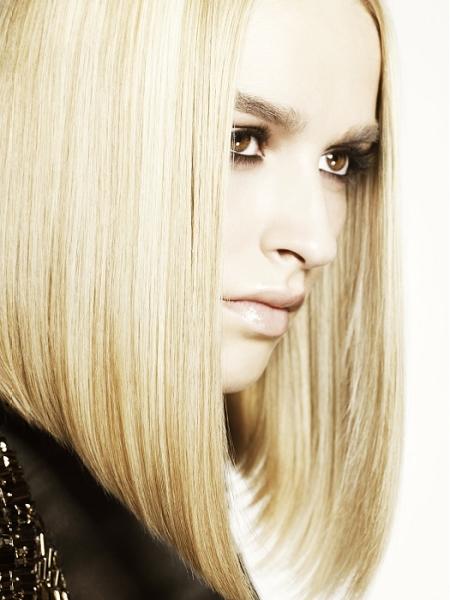 На фото изображена стрижка боб каре на средние волосы