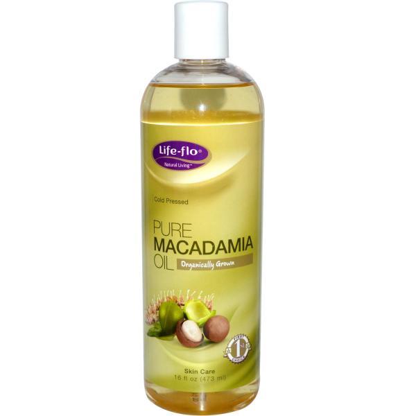 На фото изображено масла макадамии, имеющего янтарный оттенок.