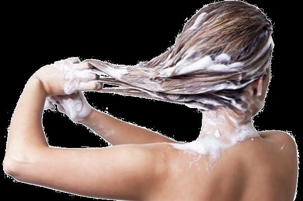 На фото: мытье головы специальными шампунями позволит активизировать рост волос