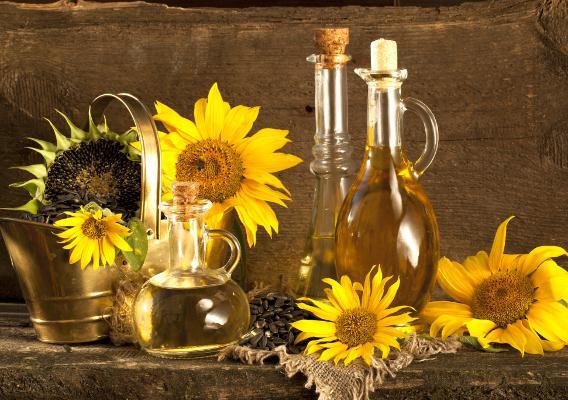 На фото натуральное подсолнечное масло, которое поможет справиться с многими проблемами локонов.