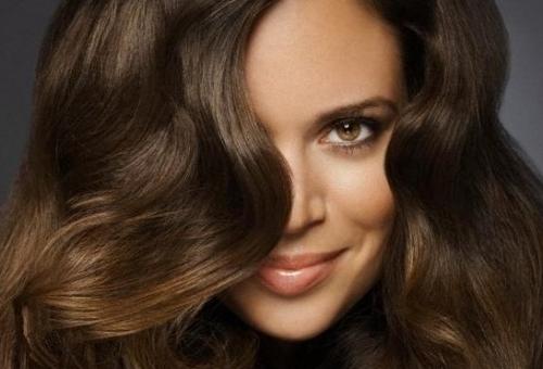 На фото показан эффект на волосах от применения масла макадамии.