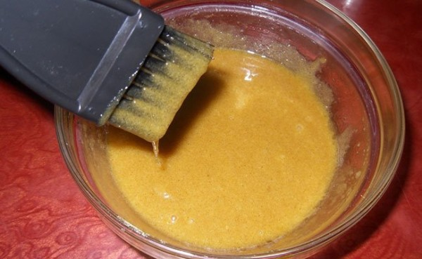 На фото показан процесс приготовления горчичной маски.