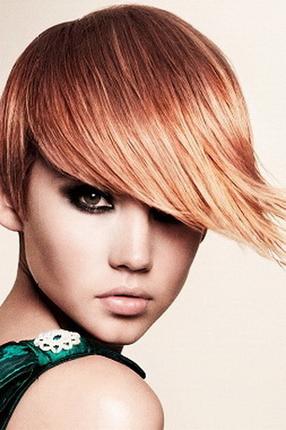 На фото показан вариант, при котором очень эффектно смотрятся зачесанные волосы на один бок на короткие волосы.