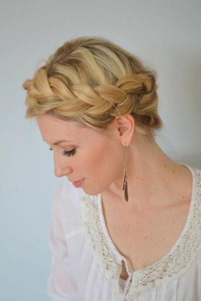 На фото показана оригинальная укладка на основе плетения французской косы.