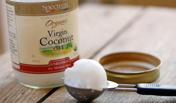 На фото показано, какую консистенцию и цвет должно иметь натуральное масло, полученное из кокосов.