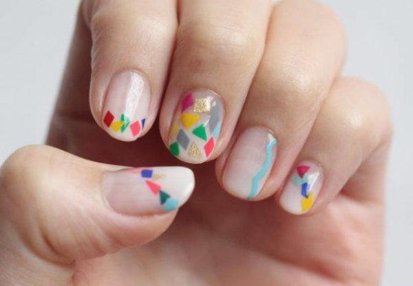 На фото — пример оригинального дизайна ногтей с использованием отдельных элементов мозаичной техники