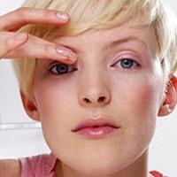 На фото - процесс удаления ресницы с оболочки глаза своими руками.