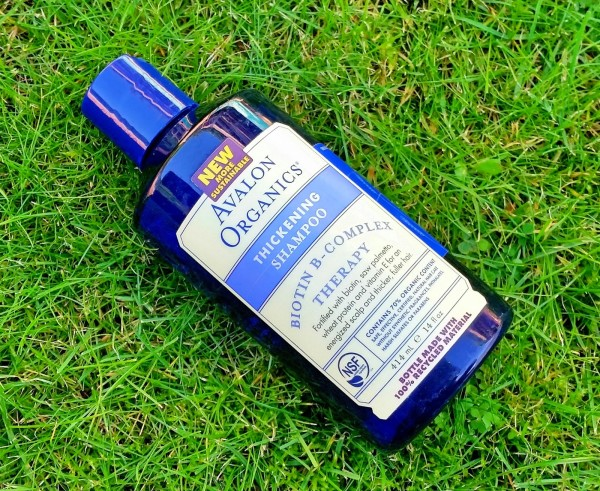 На фото шампунь от AvalonOrganics