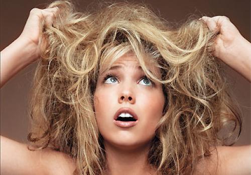 На фото: сухие волосы часто выглядят, как солома