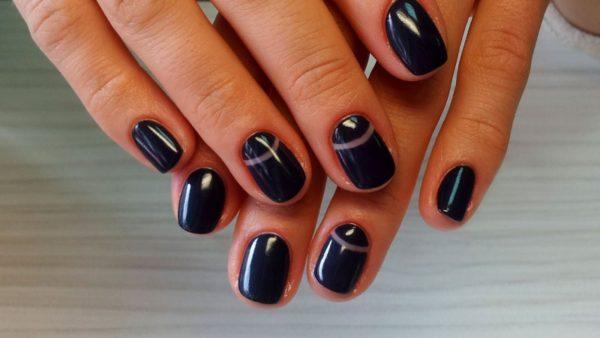 На коротких ногтях легко экспериментировать с темными оттенками лаков и экстравагантным дизайном