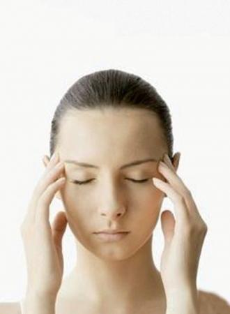 Начинайте массаж с поглаживания висков