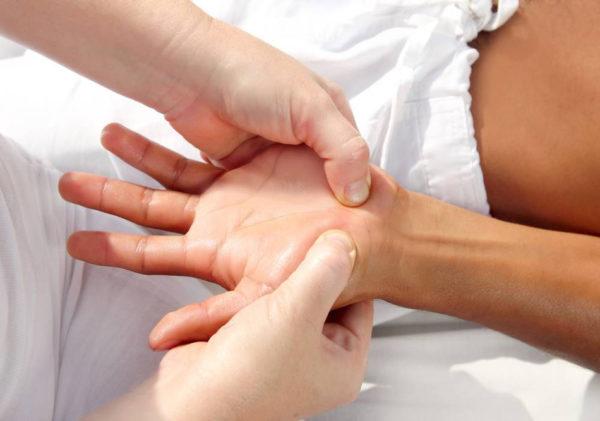 Надавливание на определенные точки на руках во время массажа благотворно воздействует на весь организм