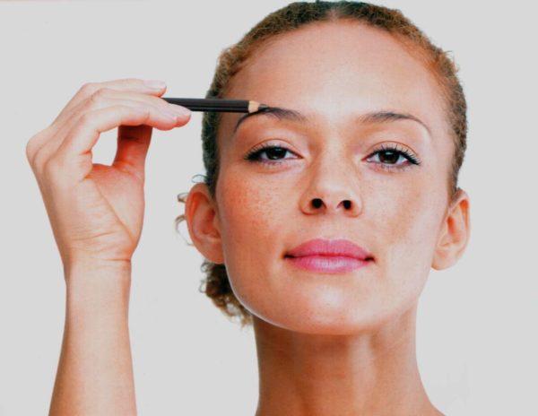 Наиболее естественно брови выглядят, если они подкрашены легкими отрывистыми штрихами, повторяющими форму натуральных волосков