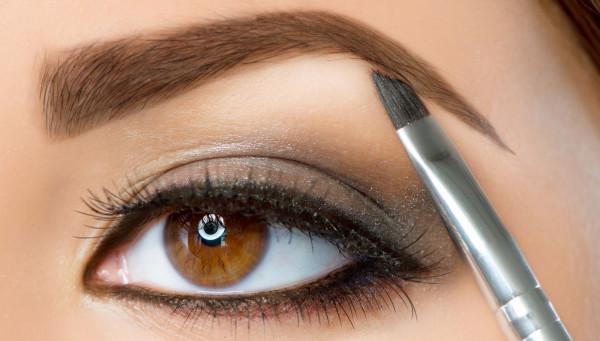 Нанесение теней специальной кистью сделает волоски пушистыми и натуральными.