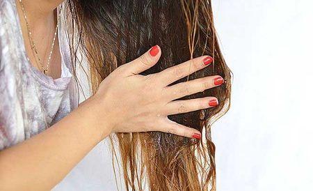 Наносим масло на волосы.