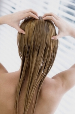 Наносить масла лучше, массажируя кожу головы подушечками пальцев.
