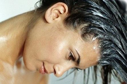 Наносите маску по всей длине волос