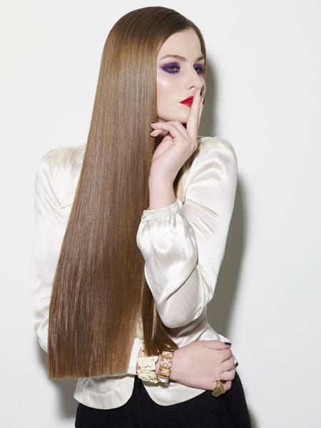 Настоящий хит – это прически на длинные прямые волосы без челки с ровными концами.