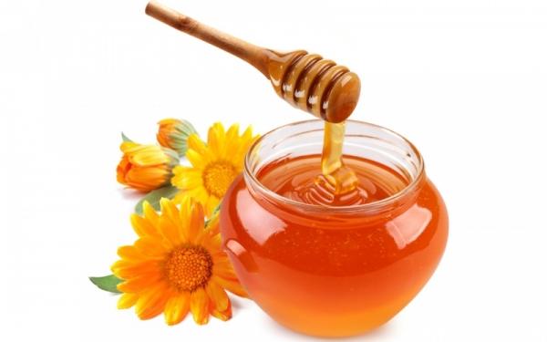 Не бойтесь полоскать волосы мёдом, ведь он имеет так много полезных веществ, которые заметно преобразят ваши локоны