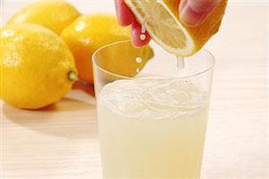 Не рекомендуется применять лимонный сок женщинам с сухой шевелюрой
