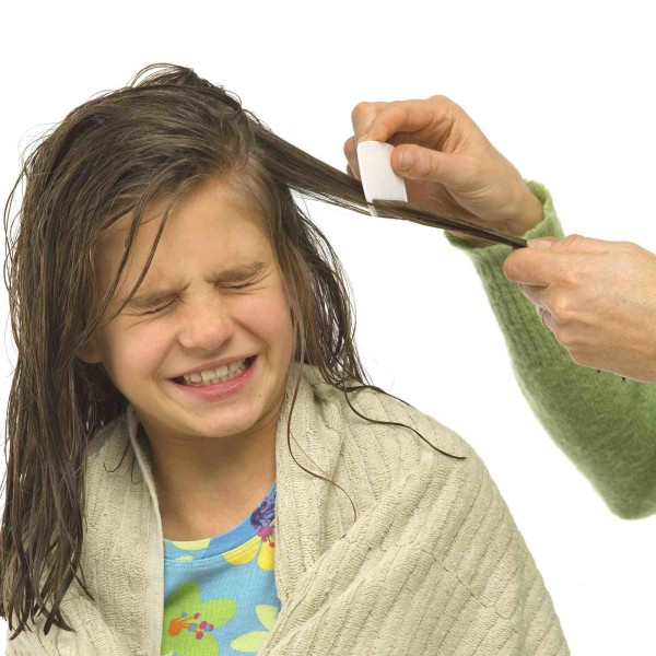 Не следует вычесывать голову, когда волосы мокрые.