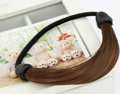Не так давно в сегменте аксессуаров появились резинки из искусственных волос, с помощью которых можно сделать «конский хвост» и скрыть неприглядную резинку