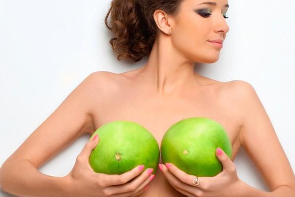 Небольшое количество светлых волосков на женской груди считается нормой