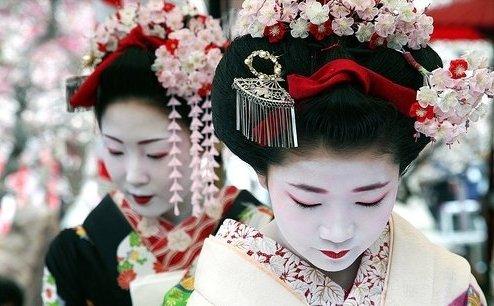 Нередко японские гребни декорируют искусственной веткой сакуры