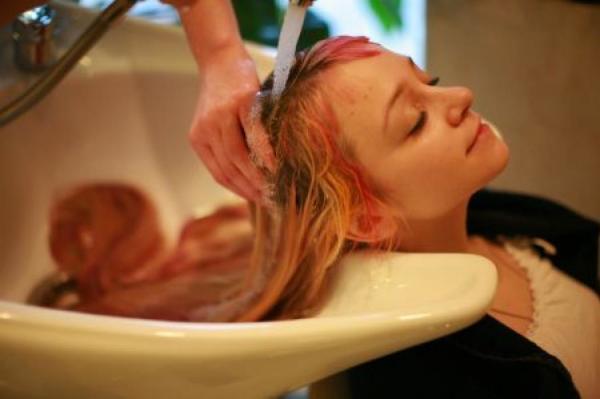 Неудачный цвет волос после процедуры окрашивания – нередкое явление, так как точно предугадать будущий цвет не может даже мастер, из-за того, что структура прядок у всех разная.