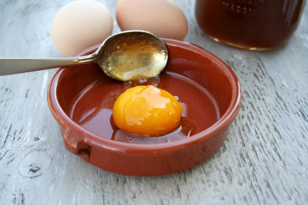 Ни для кого не секрет, что яйцо прекрасно увлажняет и очищает гриву