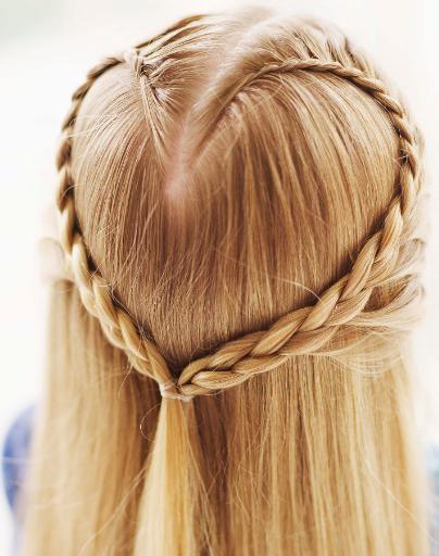 Облегченная версия необычной укладки из кос в форме сердечка