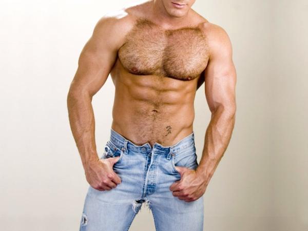 Обычно волосы на животе у мужчин воспринимаются спокойно.
