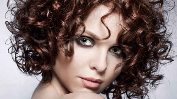 Окрашивание кудрей позволяет женщине кардинально изменить внешность