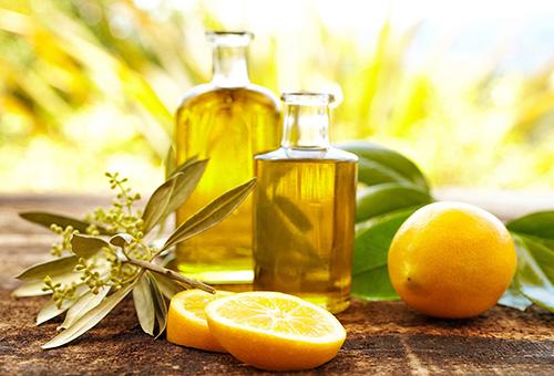 Оливковое масло и сок лимона также прекрасно смягчают крутые завитки