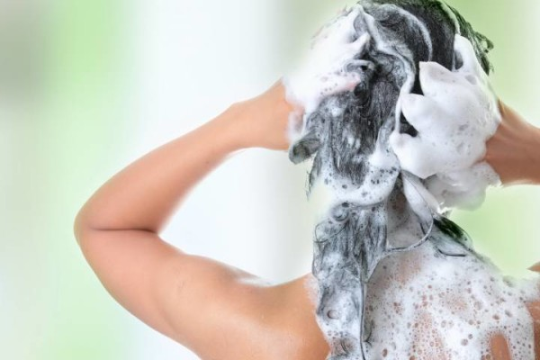 Определив, какой самый лучший шампунь для волос, трихологи рекомендуют учитывать и правильность его нанесения
