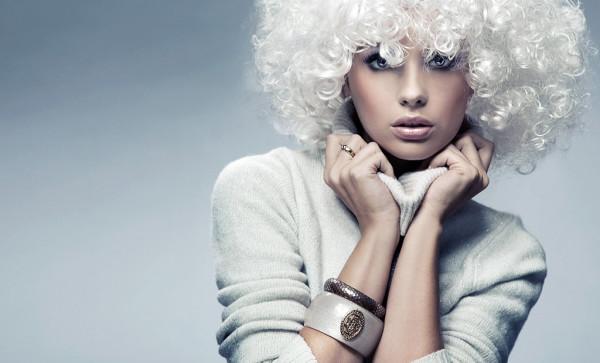 Особой осторожности требует работа с обесцвеченными волосами, которые максимально быстро впитывают состав