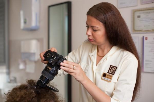 Отчего выпадают волосы у мужчин и женщин - отлично знает трихолог, посещение которого должно стать первым шагом на пути борьбы за густоту волос