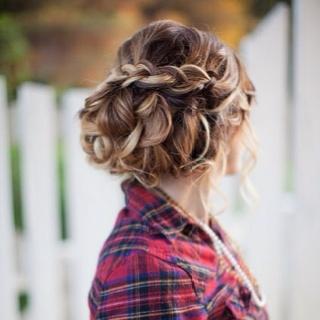 Отдавая предпочтение сочетанию косы и локонов, вы оказываетесь в беспроигрышной ситуации